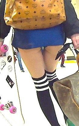 尻肉が見える股下0センチの超ミニスカでパンツ濡らしながら学校に通ってる私って変ですか?